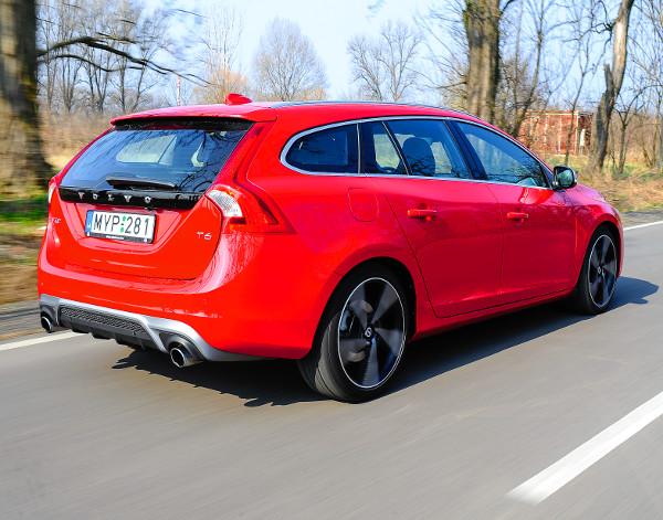 Vagány az R-Design diffúzorbetétes hátsó lökhárítója. Szépen integrálták az ércesen szóló kipufogócsöveket. Teljesítményre pariban van az Audi A4 (Avant) 3.0 TFSI quattro és a BMW 335i (Touring) modellekkel