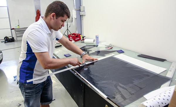 A munkaasztalon pontosítják a méretet. Fotó: Dombóvári Mihály