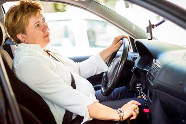 """Ujváriné Kormos Judit naponta autóval jár dolgozni. Szerinte nőtársaival elszaladt a ló: egyre durvábban vezetnek, s néha """"pofátlanok"""" is. Fotó: Berán Dániel"""