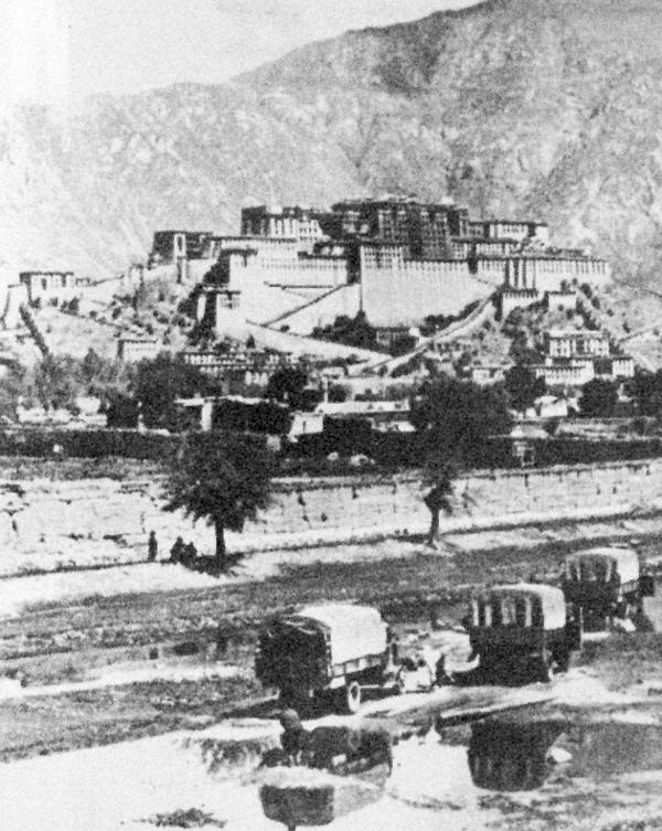 Megérkezés Lhasszába. Háttérben a dalai láma palotája