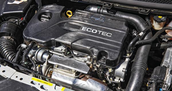 A motorburkolatra még zsírkrétával rajzolták rá az Opel jelet
