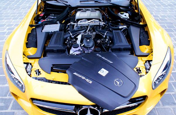 A tényleges motor előtt helyezkedik el a burkolat a kocsi orrában