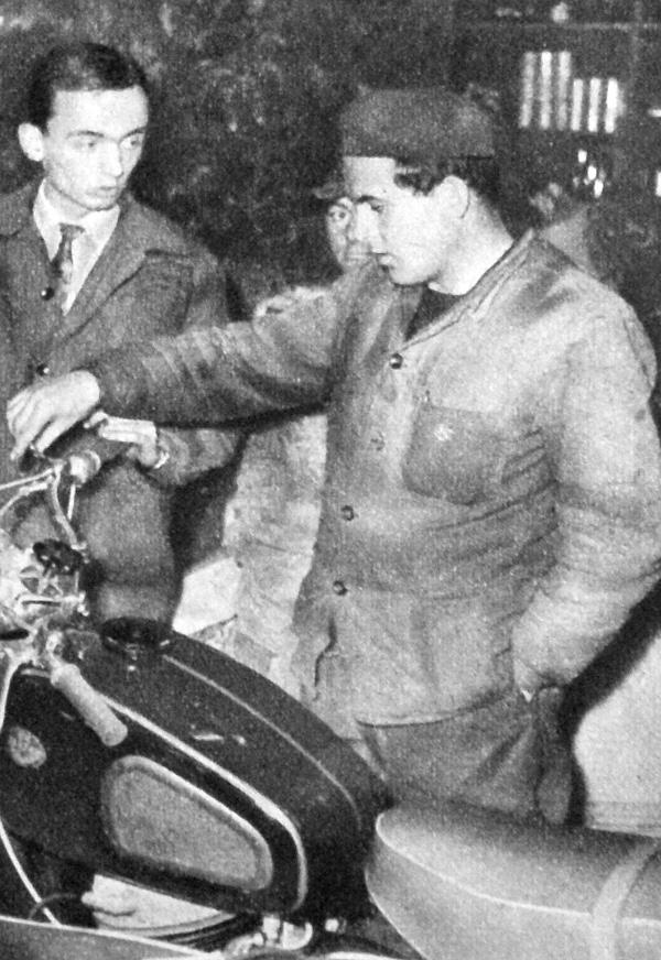 """- Ez a porlasztó szivatója? – kérdezi a harmadik Ferenc, a Szelöczei, a """"szép Pancsi""""-t vizsgálva"""