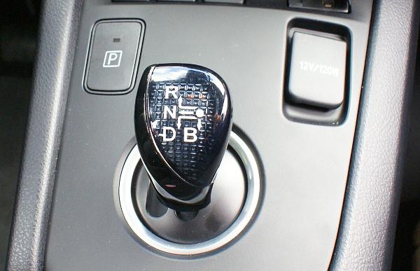 Kék helyett fekete színben pompázik a Hybrid előválasztókarja