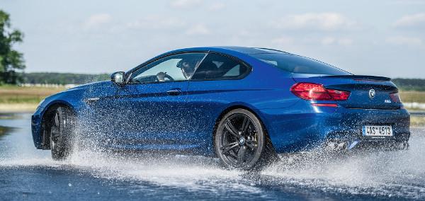 Kilinccsel előre: az M6-os V8-as turbómotorja valódi nyomatéktengert szabadít rá a hátsó tengelyre