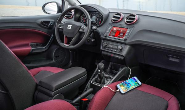 Sokkal hangulatosabb a beltér a színes csomagokkal, az érintőképernyős fejegység iOs és Andriod telefonokkal képes együttműködni