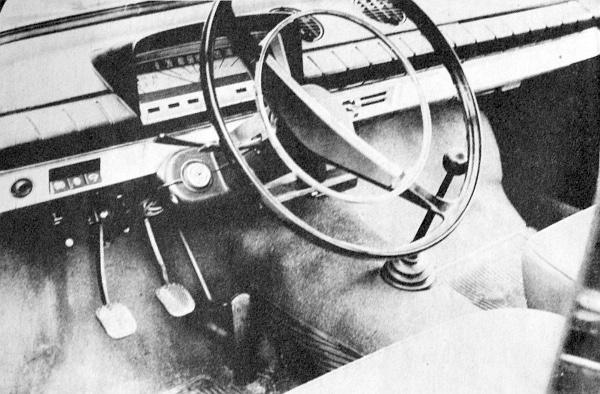 """A tompafényű műanyaggal burkolt műszerfal és a """"botváltó"""" - amely a teljesen szinkronizált sebességváltót kapcsolja – dominál ezen a képen"""