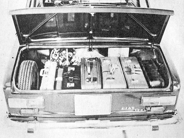 A Fiat-124 csomagtartója, amelytől semmiben nem tér el  VAZ típusé. Amint látjuk, még a pótkerék és a benzintank között is bőven jut hely a táskák számára