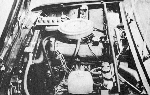 A VAZ-2101 előre nyíló motortér-fedele alatt feltűnik a felülvezérelt motorkonstrukció jellegzetes öntvénye