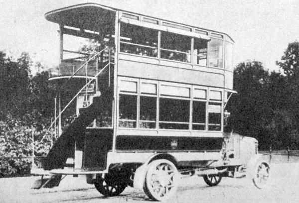 Aradon készült Marta autóbusz 1915-ben a pesti utcán. A kocsi 34 utasával és 1-es számjelzéssel a mai Népköztársaság útja-József Attila utca vonalán közlekedett