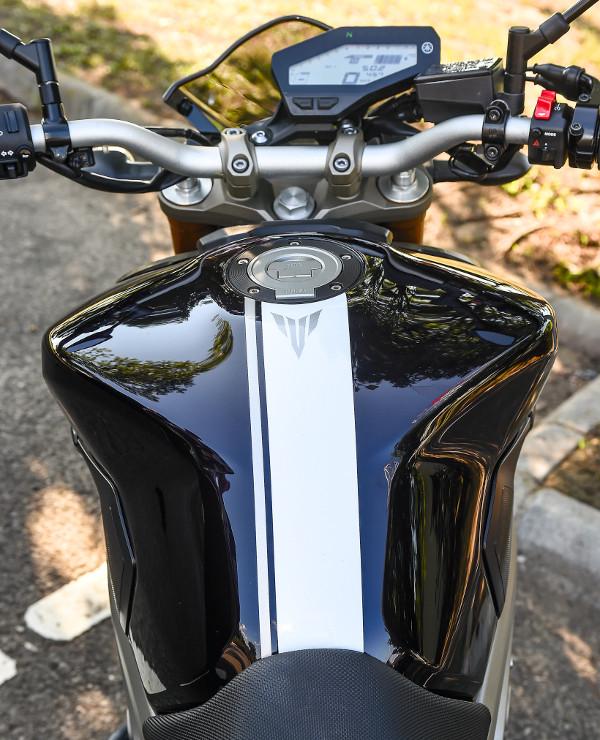 Szokatlan megoldás: a motor középvonalához képest eltoltan helyezkedik el a műszerfal. Fotó: Hilbert Péter