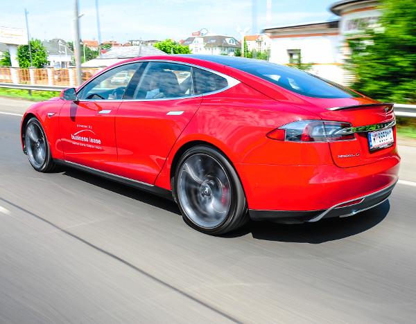 A Tesla mellé nem érdemes beállni gyorsulni a piros lámpához. Bár a P85 D közel 2,2 tonnás tömege nem kicsi, a 700 lóerő sok mindent megold...