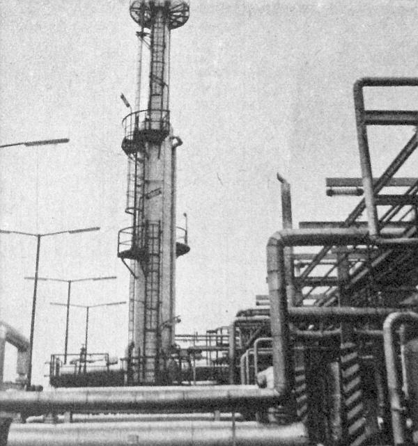 Ebben a toronyban állítják be a benzin gőznyomását: itt távoznak el a benzinben levő könnyen gázosodó anyagok