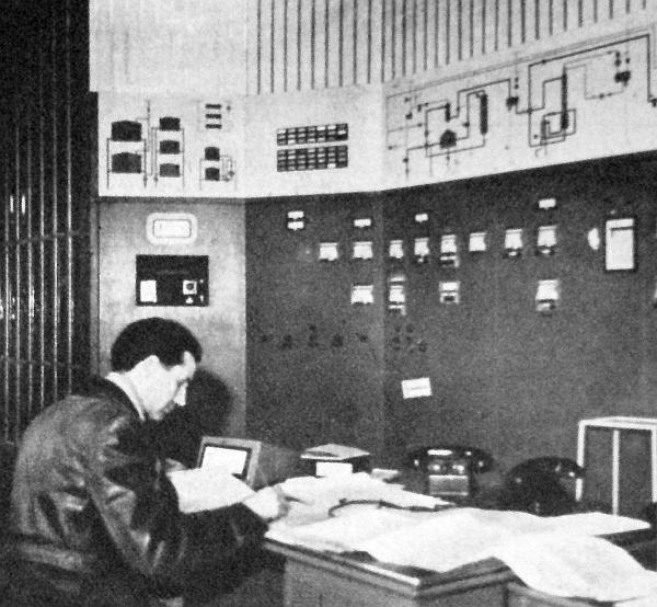 Az automatikus vezérlésű központi műszerterem. Innen irányítják és ellenőrzik a benzinreformáló minden egyes gyártási fázisát