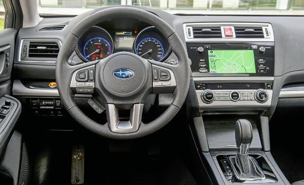 Még a CVT-váltóval is sportos a vezetési élmény, az érintőképernyő melletti gombok eltalálása odafigyelést igényel. Fotó: Hilbert Péter, Subaru