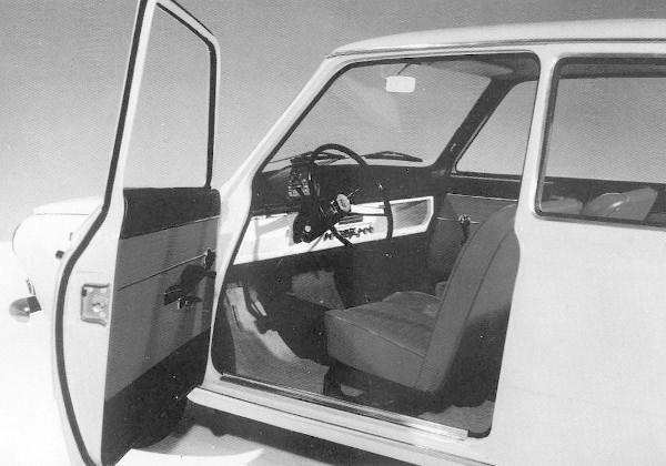 A DAF-44 Variomatic-berendezése egypedálos vezetést tesz lehetővé. A vezető mindkét kezével kormányozhat, kapcsolni nem kell, csupán egy karral, az előre-hátramenetet