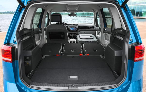 Pár mozdulattal a padlóba hajthatók az ülések – csak a vezetőé kivétel. Extraként 220 voltos konnektor is kérhető a csomagtérbe