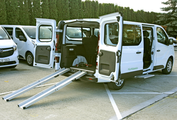 Mozgássérültek szállítására, kerekes székek rögzítésére alkalmas átalakítás