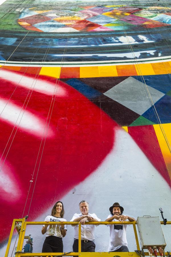 Bianca Senna, Jörg Hofmann és Eduardo Kobra a tűzfal előtt