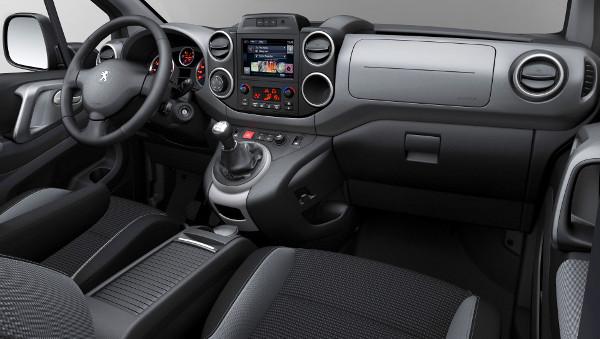 Az érintőképernyős navigáció csak a két magasabb szintnél (Activa, Outdoor) rendelhető, a felára 285 000 Ft
