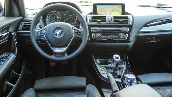 """Immár széria a nagy kijelzős navigáció, a sofőr """"munkahelye"""" ideális. Fotó: Hilbert Péter"""