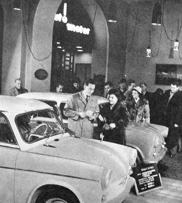 """A kép, amely """"A budapesti Autószalonban"""" szöveggel jelent meg 1960 végén az AM címoldalán. Trabant, illetve P-50 Limousine és Combi típus került akkor kiállításra. Méghozzá a P-50/1 sorozat tagjai, amelyek ugyan 500 cm3-es, de már nem 18, hane"""