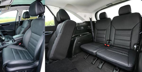 Kényelmes fotelek elöl, tágas hely középen. A hátsó ülések felárasak, de rögtön klímavezérlés is jár hozzájuk