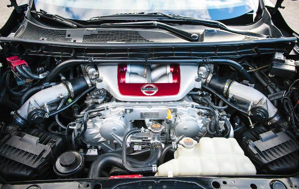 Japánban, manufakturális módszerekkel készül a 3,8 literes motor. Az összeszerelést végző szakember neve ott díszeleg a burkolaton