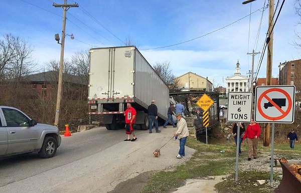 Ha tonna/font átváltás nem is ment a 20 napos teherautó-jogsival rendelkező sofőrnek, a teherautóval behajtani tilos táblát ismernie kellett volna
