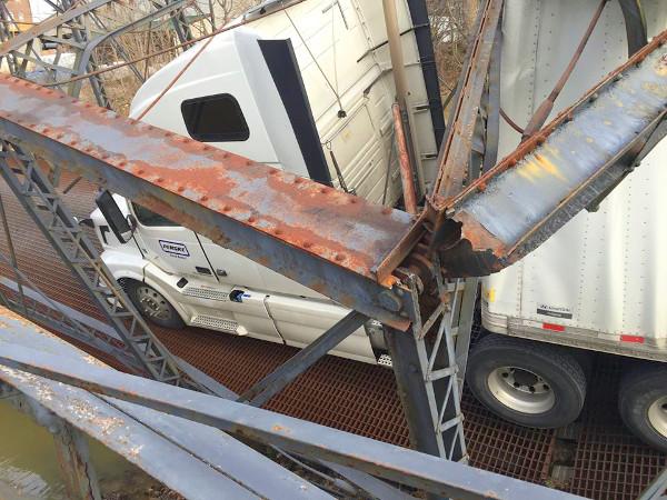 A sofőr 135 dolláros bírságra számíthat, a fuvarozó cég meg fizetheti a műemlék-híd helyreállítását