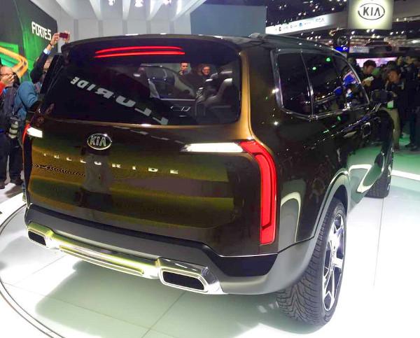 A Detroiti Autószalonon a csalóka megvilágításnak hála felismerhető a Volvo XC90-es hátsó lámpája a Telluride-on