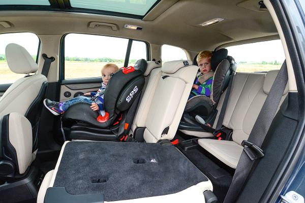 Magas üléspozíció és nagy üvegfelületek jellemzik a BMW-t. A harmadik sor jó szívvel csak gyermekeknek ajánlható. Fotó: Hilbert Péter