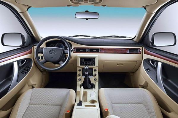Egyszerűbb a középkonzol, de egyértelműen a Volvo S80-ast mintázza a műszerfal. Légzsák nincs