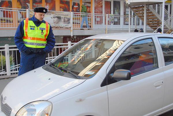 Burik Dorián egy másik, ezúttal bezárt kis fehér autóval FOTÓ: Csabai István