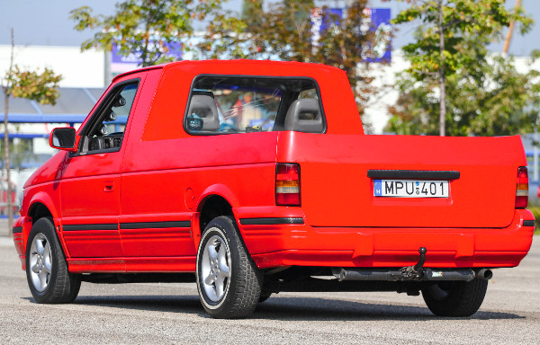 Mintha így gyártották volna, pedig soha nem volt ilyen kocsi a Chrysler és csatolt márkáinak a modellmixében. Érdekesen sportos jelenséggé vált a pick-up a piros kasztni-fekete kiegészítők elegyétől