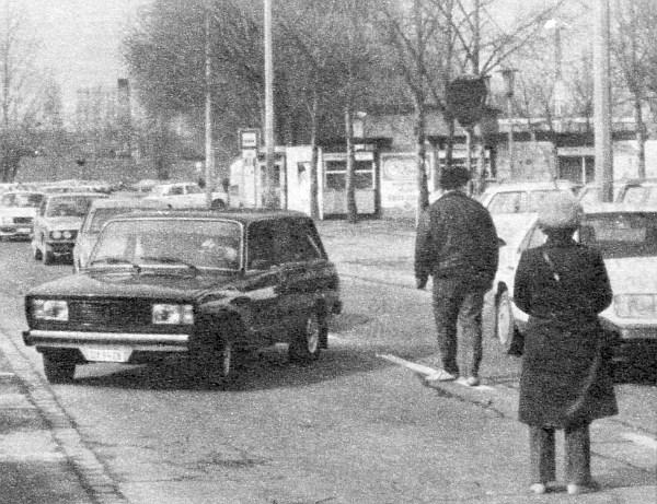 Visszafordulásra kényszerítve: DY-os rendszámmal – az autó fiatal korára való tekintettel – a piac területére hajtani tilos