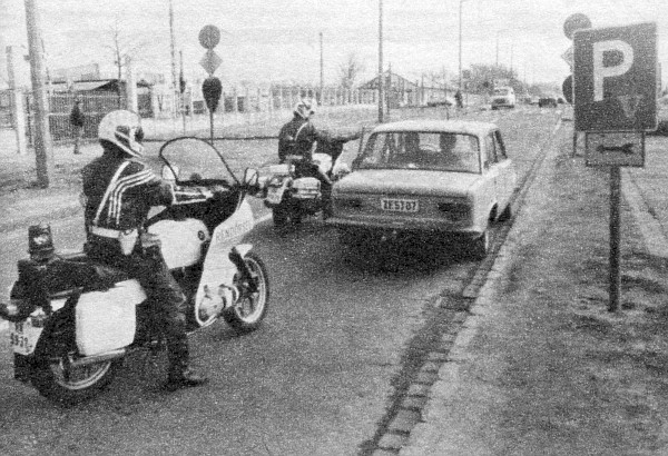 A peches autós éppen akkor hagyta maga mögött fizetés nélkül a piacfelügyelőket, amikor a rendőrök is a közelben várakoztak
