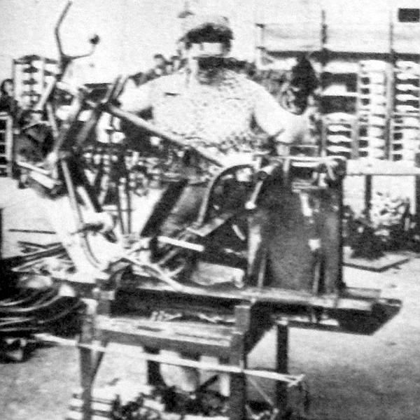 Pontos gépi sablonokban készül a duplacsöves zárt bölcsőváz. Tóth Gusztávné négy éve végzi ezt a munkát, keze alól szép varratú vázak kerülnek ki