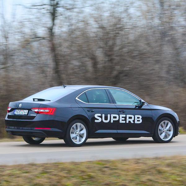 Bár a Škoda szerint a Superb középkategóriás autó, 4,86 méteres hosszával kicsit kilóg a szegmensből – mindössze 5 centivel kurtább egy 5-ös BMW-nél