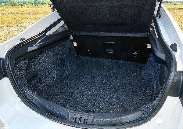 Az ötajtós kialakítás praktikus, és a csomagtér kapacitása 25 literrel nagyobb, mint a szedán esetében
