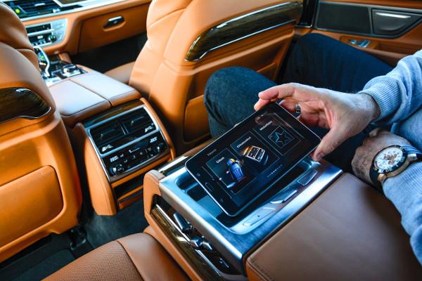 A hátul helyet foglalók egy Samsung tablet segítségével vezérelhetik a különböző fedélzeti rendszereket