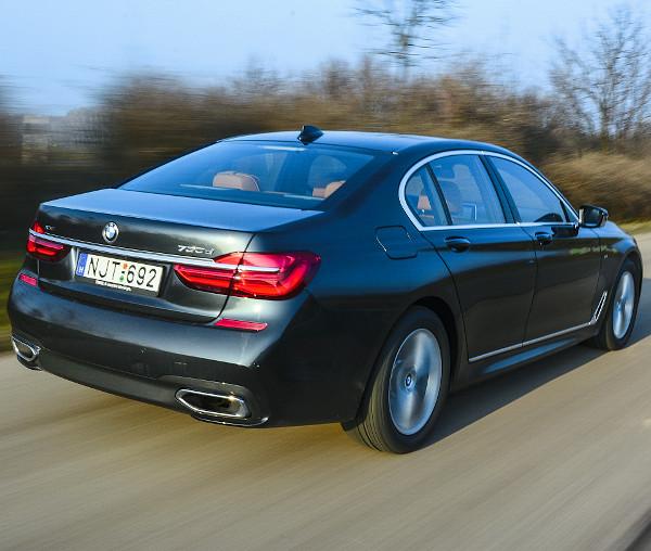 Továbbra is elegáns üzleti autó a 7-es. Az új generáció lendületesebb stílusban prezentálja képességeit