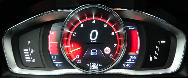 Vörös háttér, középen a fordulatszámmérő: a műszerfal három stílusa közül ez illik legjobban az autóhoz. Fotó: Hilbert Péter