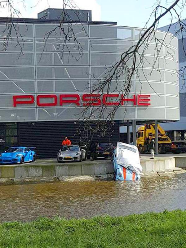 Talán az esőtől próbálják védeni a vízbe csúszott autót?