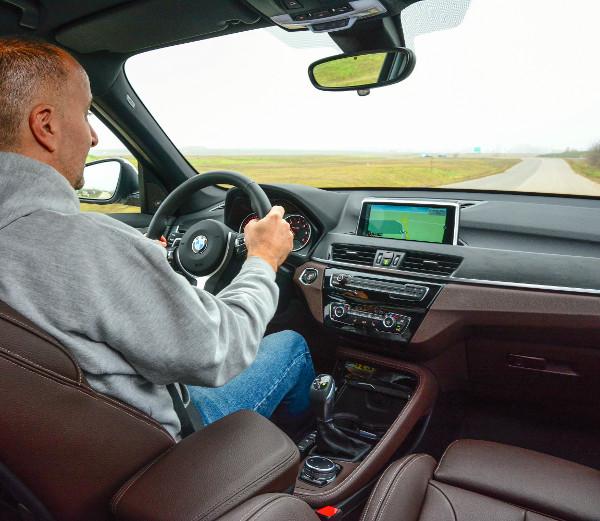 Kényelmes és jól tolmácsolja az elvárt BMW-s vezetési élményt. Az anyósülés előrebillenthető támlája 63 ezer forintos opció. Fotó: Hilbert Péter