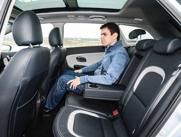Kényelmesen elférnek a hátul ülők, az emelkedő övvonal rontja a kicsik kilátását