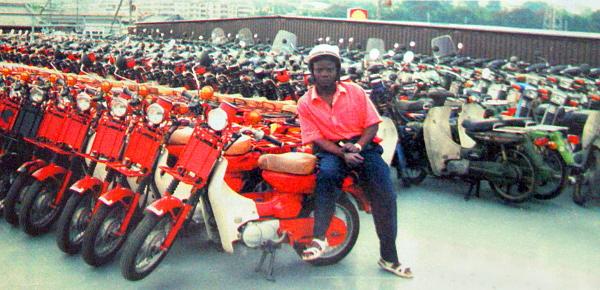 """Wilson Balamezi: """"Eddig már több mint 1200 motort vittem haza Ugandába. Ott nagyon rosszak az utak, ezért csak az ilyen nagykerekűeket veszik az emberek."""""""
