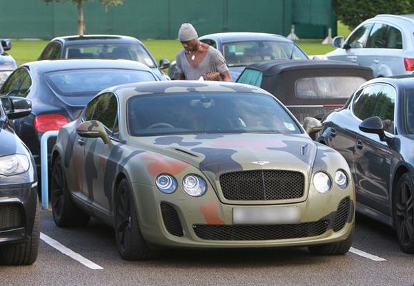 A képen állítólag van egy autó. Csak terepszínű…
