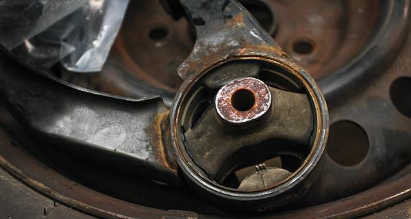 Az átszakadt motortartó bak, ami a szétszerelésnél lepleződött le. Ez is hozzájárult a tünetek kialakulásához