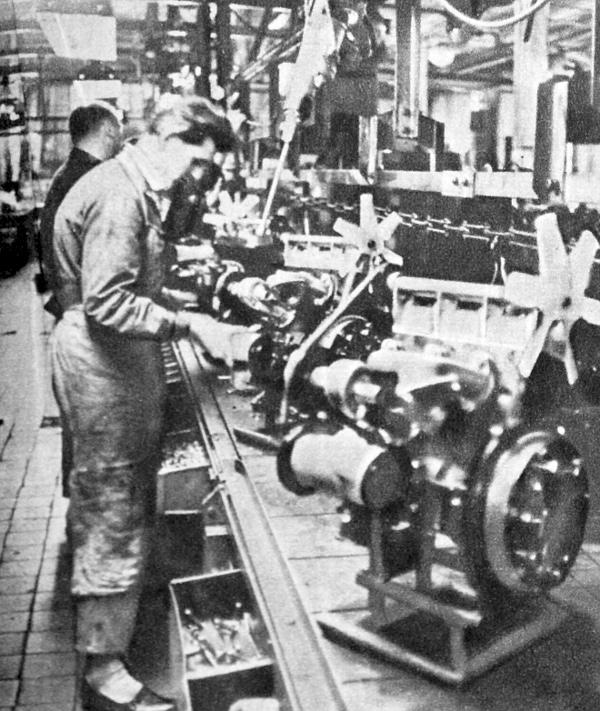 Amíg a lemezesek a karosszérián dolgoznak, más hatalmas üzemrészek a kovácsolt, esztergált, köszörült alkatrészekből gyors mozdulatokkal szerelik össze a nagy teljesítményű motort. Most az 1000 kcm-es, 45 lóerős kétüteműt